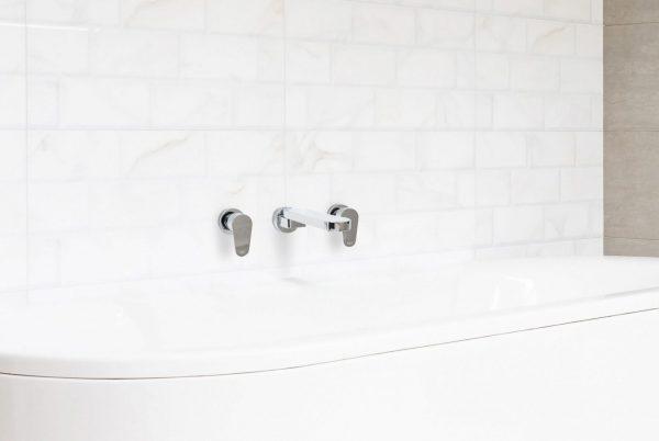 Linsol Shenay Swivel Bath Spout and Avanti Wall Top Assemblies SHE-01 and AVANT-06 Lifestlye Image 547 x 366